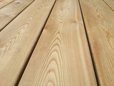 Terrassendielen aus Lärchen-Holz   Freundlich heller Farbton mit lebhafter Maserung