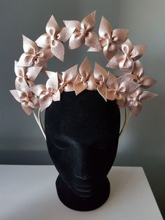 Silpa Kohler's Page on How To Make Hats Millinery Classes Fascinator Headband, Fascinators, Headpieces, Pelo Vintage, Flower Crown Headband, Millinery Hats, Diy Hat, Lace Bows, Wedding Hats