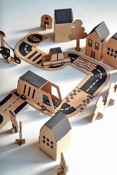 Kartonnen stad // Make This Cardboard Bloc City Play Set for Kids Games For Kids, Diy For Kids, Activities For Kids, Crafts For Kids, Diy Crafts, Cardboard City, Cardboard Toys, Cardboard Crafts Kids, Cardboard Design