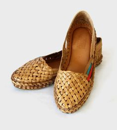 Women's Woven Leather Flats Hand woven from water buffalo leather, the intricate weave and pops of color give these shoes a beautiful texture. They are handmade with vegetable tanned. Sock Shoes, Shoe Boots, Shoe Bag, Flipflops, Leather Flats, Leather Booties, Natural Leather, Womens Flats, Me Too Shoes