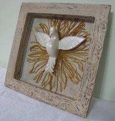 Pintura patina, textura, aplique do divino em resina e fita dourada. R$ 80,00