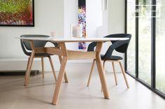 Con su tablero lacado color blanco, firmemente puesto sobre una base de madera de roble, la mesa Augstü muestra una línea inusual y especialmente atractiva