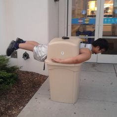 garbage can plank Free Funny Pictures, Funny Images, Funny Photos, Funny Websites, Comedy Memes, Funny Jokes, Funny Laugh, Stupid Funny, Hilarious