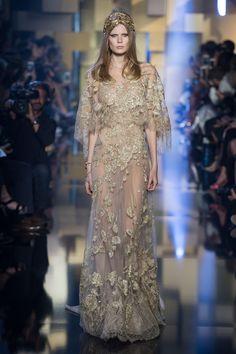 Tradicional noiva aparece dourada na passarela do estilista, que fez homenagem a sua Claudine Saab
