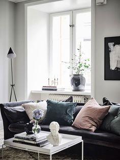 Dusky pink & blue velvet cushions on a dark grey velvet sofa | @styleminimalism