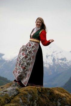 Rekonstruert bunad fra Søgnesand i Jølster Viking Clothing, Folk Clothing, Kids Party Frocks, Norwegian People, Dress Outfits, Fashion Outfits, Bridal Crown, Folk Costume, Traditional Dresses