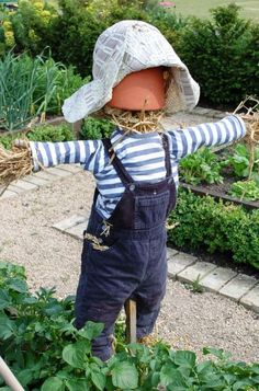Scarecrows for Garden Ideas How To Make A Scarecrow For Your Garden Scarecrows for Garden Ideas. Scarecrows were first invented as a way to keep birds, especially crows, out of gardens and fields. Garden Yard Ideas, Veg Garden, Garden Crafts, Garden Projects, Make A Scarecrow, Scarecrow Ideas, Scarecrows For Garden, Primitive Scarecrows, Garden Whimsy
