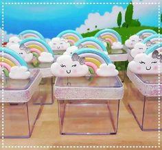lembrancinhas de festa feita com caixinha de acrílico decorada com arco íris e nuvem na tampa Rainbow Birthday Party, Rainbow Theme, Birthday Parties, Birthday Decorations, Cupcake Toppers, Diy And Crafts, Baby Shower, Motorhome, 1 Year