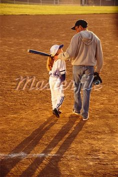 This is the kind of father-daughter relationship that want with my future daughter. Father Daughter Pictures, Father Daughter Relationship, Baseball Mom, Baseball Players, Baseball Cards, Baseball Tickets, Baseball Pictures, Senior Pictures, Softball Photography