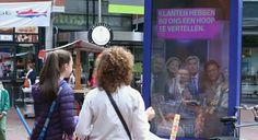 A T-Mobile teve uma ideia inusitada para colher feedback dos seus consumidores sobre a marca ao instalar na saída da loja deles na Holanda um mobiliário urbano interativo, algo parecido com o Yahoo! Mail na vida real.