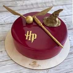 AmourDuCake on YES OR NO Harry Potter cake by slasti.ufa its so beautiful perfect for fans of Harry Potter. Gateau Harry Potter, Cumpleaños Harry Potter, Harry Potter Birthday Cake, Harry Harry, Harry Potter Cakes, Disney Cake Pops, Disney Cakes, Nake Cake, Character Cakes