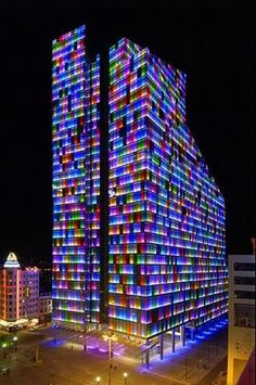 De Rogiertoren (voorheen Dexia Tower) verandert 's nachts in een waar licht- en kleurenspel. Kortom, een kantoorblok dat ook buiten de kantooruren 'leeft'!