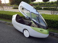 the 'prominence commuting device' ('PCD') by nagano-based japanese engineering studio team prominence is a street-legal ultra-compact electric vehicle. the car is billed as being 'more eco-friendly than a train' or public transport, Electric Trike, Electric Cars, Electric Vehicle, Tricycle Bike, Mini Car, Recumbent Bicycle, Solar Car, Reverse Trike, Third Wheel
