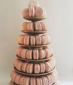 Combinações que amamos: rosa e dourado! #torredemacarons #maymacarons #macarons #macaronsdecorados #macaronspersonalizados #nossosmacarons #eventos #casamento