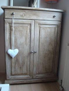 Oude meubeltjes opknappen is leuk! Voor weinig geld geef je weer een hele nieuwe uitstraling aan dat ene kastje of stoeltje dat je niet meer...