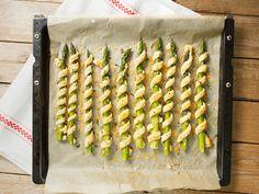 Ja, ist denn schon Spargel-Saison? Eigentlich schon! Bei uns haben sich grüner Spargel und Brötchen-Teig zusammengetan – zu einer tollen vegetarischen Vorspeise.