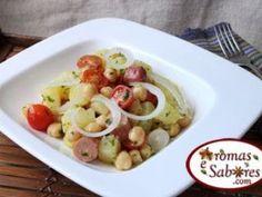 Salada de grão-de-bico com salsichas e batata