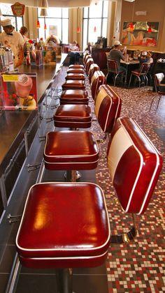 DINER ■ Après la seconde Guerre Mondiale, alors que l'économie américaine est en plein essor et la production à son maximum, la taille des banlieues explose. Et les diners devenus diner-restaurant sont devenus une belle occasion pour faire des affaires. Ils se propagent au-delà de leur petite ville d'origine vers les bandes d'autoroute et atteignent même le Midwest