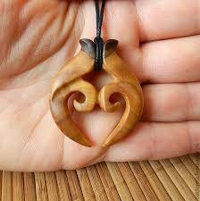 Resultado de imagen para collares tallados en madera Wood Carving Patterns, Carving Designs, Wooden Necklace, Wooden Jewelry, Arte Viking, Dremel Wood Carving, Hawaiian Crafts, Maori Art, Viking Jewelry