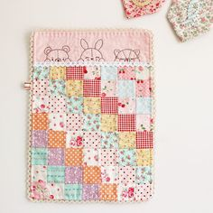 little dolls Darling little doll quilt from Nana Company Mini Quilts, Small Quilts, Quilt Baby, Baby Bedding, Quilting Projects, Sewing Projects, Hand Quilting Designs, Embroidery Patterns, Quilt Patterns