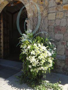 Flores para decorar la entrada en la Iglesia