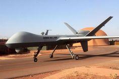 Drone Reaper. Photo Armée de l'Air   24/03/2015 par Emmanuel Huberdeau – Air & Cosmos   C'est une première pour l'armée de l'Air. Un drone MQ-9 Reaper a été utilisé pour désigner, au laser, une cible au profit d'une bombe GBU larguée depuis un chasseur français. L'opération a eu lieu dans la bande sahélo saharienne dans le cadre de l'opération Barkhane.   Un détachement de l'escadron 1/33 « Belfort » comprenant deux drones Reaper et deux drones Harfang est actuellement déployé à Niamey en…