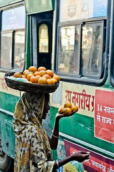 Indiase straatverkoopster met sinaasappels voor in de bus. Sri Lanka, India Street, Bay Of Bengal, Amazing India, Indian Colours, Indian People, We Are The World, India Travel, Street Food