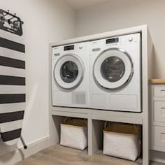 Privathaus in Kampen af Sylt: Küche von Home Staging Sylt G Home Staging, Stacked Washer Dryer, Washer And Dryer, Kitchen Remodel, Home Appliances, How To Plan, Projects, Design, Laundry Rooms