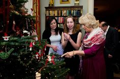 La Duchesse Camilla a reçu à Clarence House les malades de l'établissement de santé Helen & Douglas House pour un déjeuner de Noël.