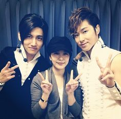 BoA takes a photo with TVXQ after attending 'TVXQ's Live Tour 2012-TONE' concert #allkpop #kpop #TVXQ #BoA