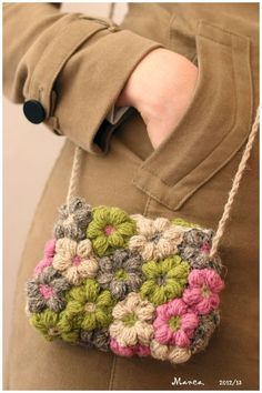 Crochet flower bag @ diy crochet - basic tutorial to make this pretty bag - free flower pattern here: http://littlegreen.typepad.com/romansock/mollie-flowers.html: