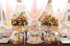 O aniversário da Marina foi pura magia! O tema? O jardim das fadas! A decoração delicada, repleta de flores e borboletas, foi assinada pela Fabiana Moura.