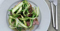 Härligt kryddig fläskkarré med krämig färskpotatissallad och grön sparris. Beef, Food, Meat, Meals, Ox, Yemek, Eten, Steaks, Steak