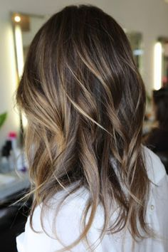 These highlights are the epitome of natural looking. Her hair looks like it has been kissed by the sun. Pinned by Andrea Lundquist via Neilgeorgeblog.com Read more: http://www.dailymakeover.com/trends/hair/hair-highlight-ideas/#ixzz37FpMWJ23