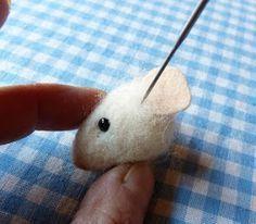 wool felt mouse - tutorial by Helen Priem Felt Diy, Felt Crafts, Fabric Crafts, Needle Felted Animals, Felt Animals, Needle Felting Tutorials, Felt Mouse, Wet Felting, Felt Dolls