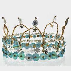une couronne en paillettes et fil de fer