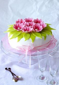 Wedding cakes simple small fondant 26 Trendy ideas Source by Gorgeous Cakes, Pretty Cakes, Cute Cakes, Amazing Cakes, Fondant Cakes, Cupcake Cakes, Floral Cake, Occasion Cakes, Fancy Cakes