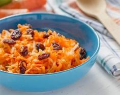 Vegan carrot raisin salad is easy to make and absolutely delicious! Salad Dressing Recipes, Salad Recipes, Healthy Recipes, Lebanese Recipes, Jewish Recipes, A Food, Good Food, Carrot Salad, Macaroni And Cheese