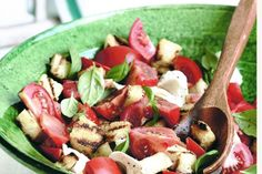 Inspired from the traditional Italian side dish panzanella, this bread salad is a great mix of crispy croutons and creamy mozzarella. Italian Side Dishes, Salad Recipes, Healthy Recipes, Healthy Tips, Healthy Salads, Delicious Recipes, Vegetarian Recipes, Healthy Food, Bread Salad