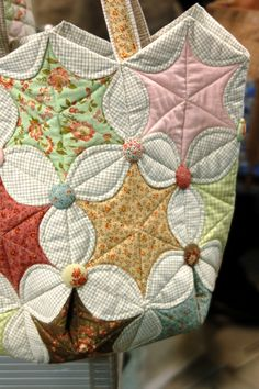 hexagon pattern variation--check out all the quilts! Patch Quilt, Quilt Blocks, Quilting Projects, Quilting Designs, Sewing Projects, Quilting Ideas, Patchwork Bags, Patchwork Quilting, Hexagon Quilting