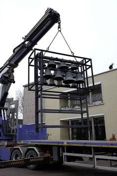 Het #carillon wordt van het dak van het gemeentehuis getakeld.