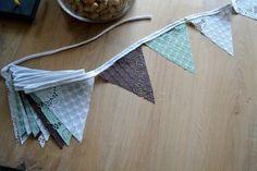 Vlaggenlijn, driehoekjes knippen uit plastic placemats, leuk en blijft mooi