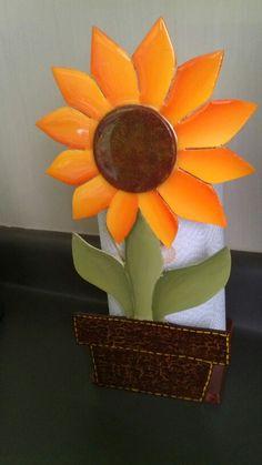 Porta papel toalla de girasol hecho en trupan. Twine Flowers, Diy Flowers, Flower Pots, Diy Bird Bath, Desk Organization Diy, Towel Crafts, Paper Towel Holder, Wreath Tutorial, Disney Diy