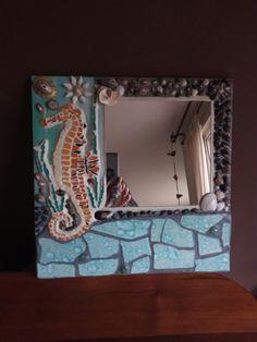 Espejo con conchitas,piedras y cerámica.