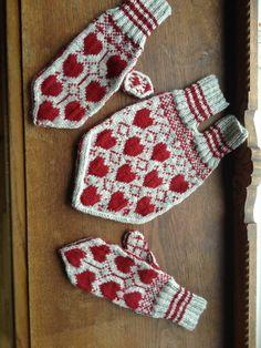 Sweetheart mittens, kjæreste votter, norwegian knit bryllupsgave, sandnes garn, smart garn Arts And Crafts, Diy Crafts, Craft Patterns, Red And White, Knit Crochet, Stockings, Cowls, Knitting, Scarfs