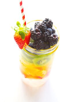 Cleanse, refresh, and rehydrate your system with these easy-to-make, easy-to-drink cleanse & detox sippers. Detox Smoothie Recipes, Detox Recipes, Detox Drinks, Smoothies, Drink Recipes, Detox Cleanse Water, Detox Kur, Healthy Water, Healthy Detox