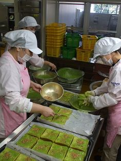 Green tea matcha toasts for school lunch in Nishio, a famous tea producing city in Aichi, Japan | 西尾市の給食用抹茶トースト, green tea powder, matcha green tea