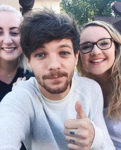 Louis with some fans today at a Starbucks in LA, 11.16.16