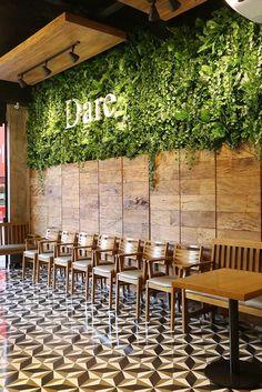 Garden at the Dare Married Design Restaurant and Gara .- Jardim vertical no Dare Restaurante Projeto do Casado e Garavelli Studio Foto por Mariana Orsi - Garden at the Dare Married Design Restaurant and Gara .- Jardim vertical no Dare Restau.