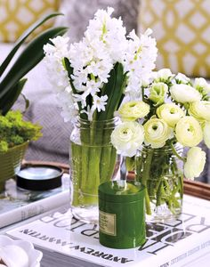 Coffee Table Styling Inspiration | Bright Bold and Beautiful fresh cut garden flowers #simplybeautiful